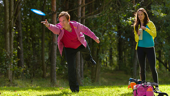 woman throwing flying disc